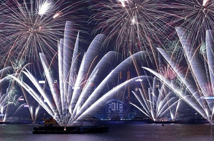 Запуск праздничных салютов по случаю наступления 2018 года.