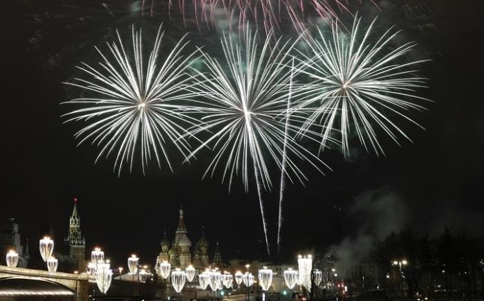 Яркие новогодние фейерверки осветили небо в центре Москвы - над храмом Василия Блаженного и Кремлем.