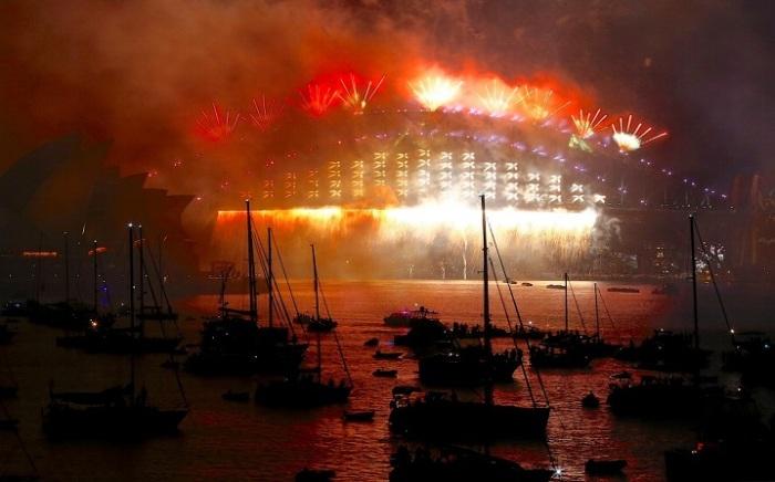 Потрясающее световое шоу над Сиднейской бухтой.