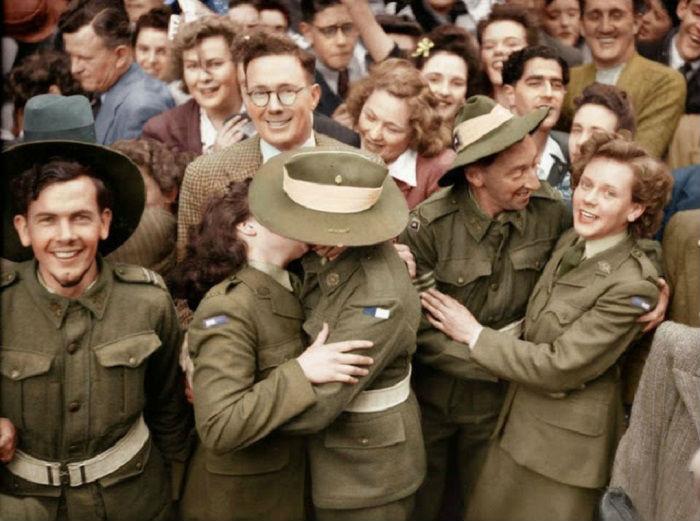 Австралийские солдаты во время празднования Победы, 15 августа 1945 года.