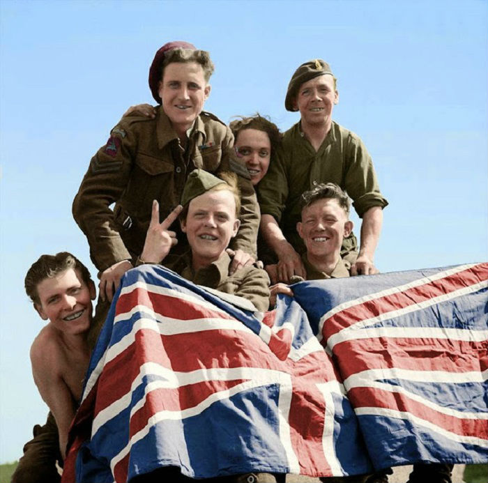 Британские военнопленные празднуют свое освобождение из Шталаг, 16 апреля 1945 г.