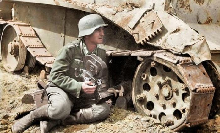 Военный корреспондент прислонился к советскому танку БТ-5.