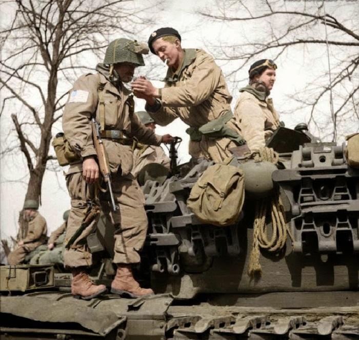Десантник из американской 17 воздушно-десантной дивизии получает огонь от танкиста Черчилля 6-й гвардейской бронетанковой бригады. 29 марта 1945 года.