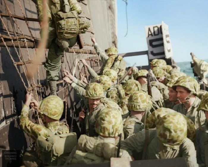Американские морские пехотинцы спускаются в десантные катера во время битвы за Пелелиу. Сентябрь-ноябрь 1944 г.