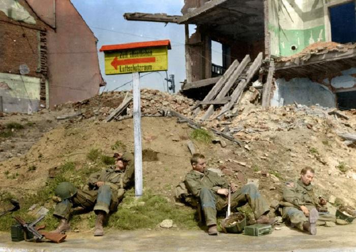 Десантники 507-го парашютно-пехотного полка отдыхают после 5 дней боевых действий.