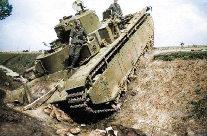 Советский танк Т-35, брошенный <strong>раскраски вторая мировая</strong> в придорожном кювете из-за неисправности или нехватки горючего.