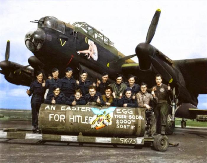 Члены эскадрильи 424 перед загрузкой бомбы.