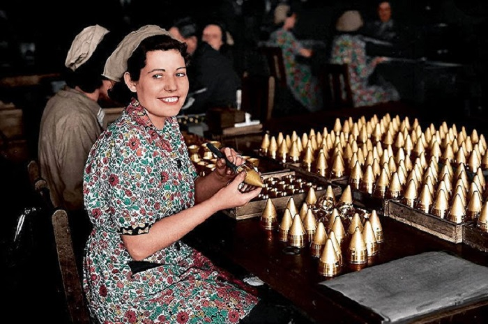 Девушки, работающие на военном заводе в Великобритании. 25 мая 1940 года.