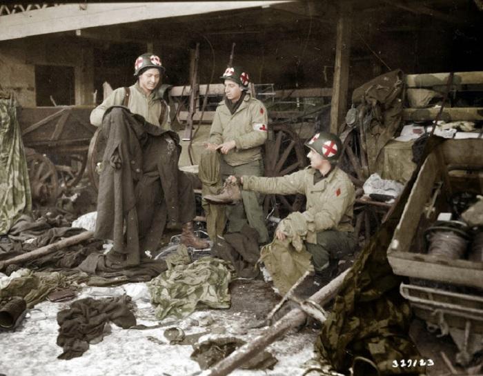 После освобождения Дикирхе в Люксембурге, медики США разбирают одежду и оборудование после отступления немцев.