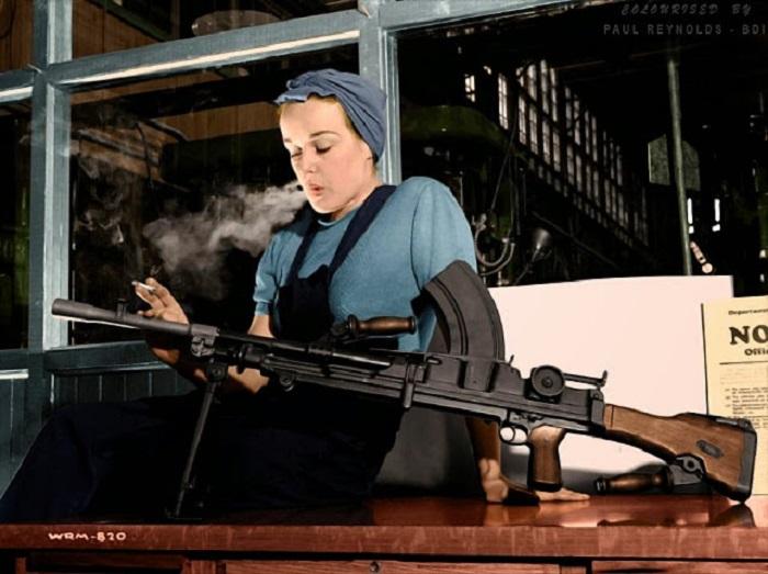 Вероника Фостер, позирует с готовым изделием на заводе Джона Инглиса, Торонто, 1941 г.