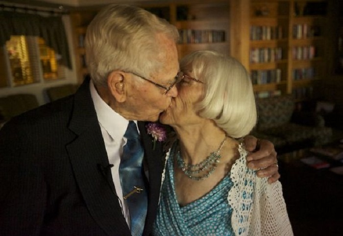 Джону Дейрваардеру 97, Лаунсфорд 78 лет. Оба овдовели за пять месяцев до этого бракосочетания.