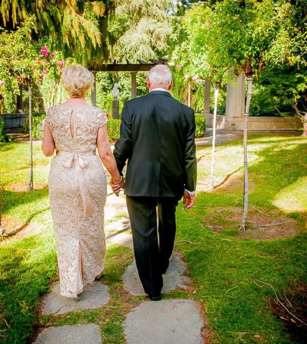 Не смотря на свой возраст, влюбленная пара, решившая узаконить свои отношения.