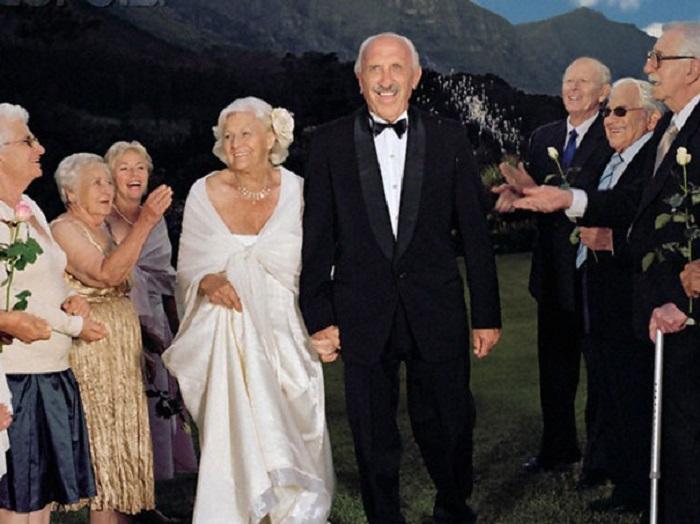 Пожилая семейная пара.