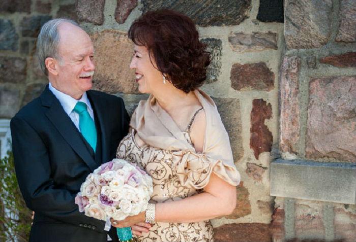 В день свадьбы пожилые пары выглядят более торжественно, чем молодежь.