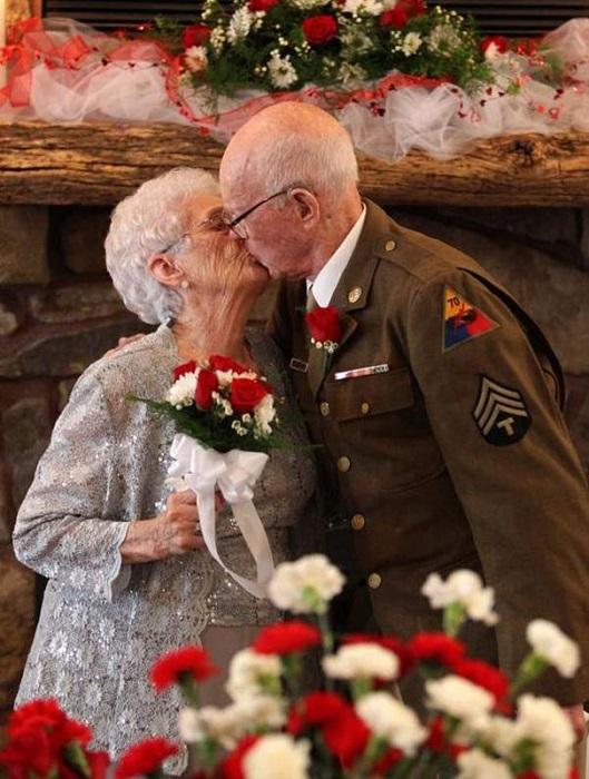 Влюблённая пара в спешке поставившая штамп в паспорт во время ВОВ. Спустя такого длительного времени наконец-то пара нормально оформила брак.
