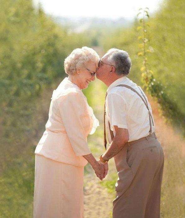 Пожилые влюбленные перед свадьбой.