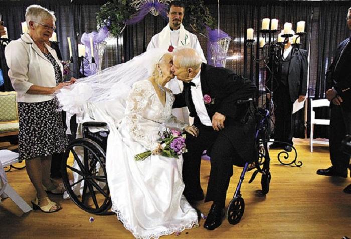 Житель Росвуда женился на своей избраннице в ее сотый день рождения.