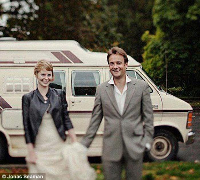 Молодожены на фоне фургончика, в котором они отправились в свадебный тур.