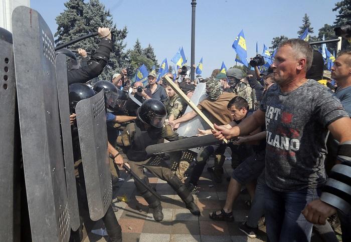 Активисты под Верховной Радой требовали не вносить изменений в Конституцию по децентрализации.