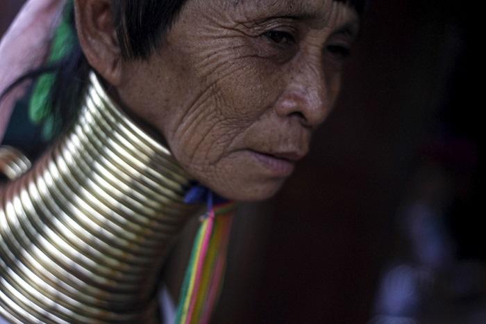 Женщина работает обычным продавцом в магазине сувениров.
