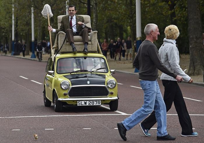 Роуэн Аткинсон в образе своего знаменитого Мистера Бина разъезжает по Лондону.