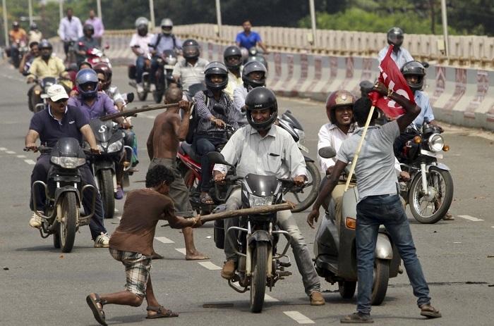Вся Индия протестует новым изменениям в законах о работе.