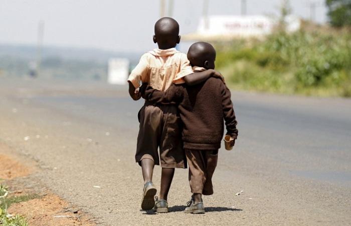 Два мальчика возвращаются домой после школы, Найроби, Кения.