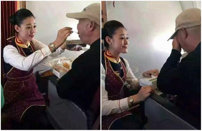 Стюардесса помогает пожилому человеку, который недавно перенес инсульт, съесть свой обед.
