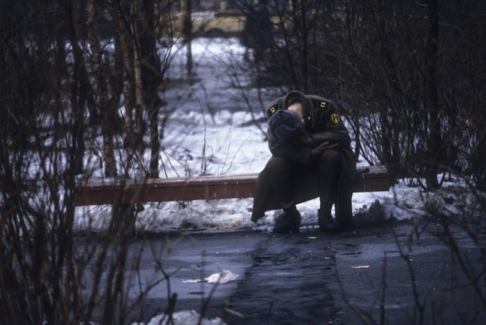Военнослужащий в увольнении отдыхает на лавочке в парке. Москва, 1982 год.