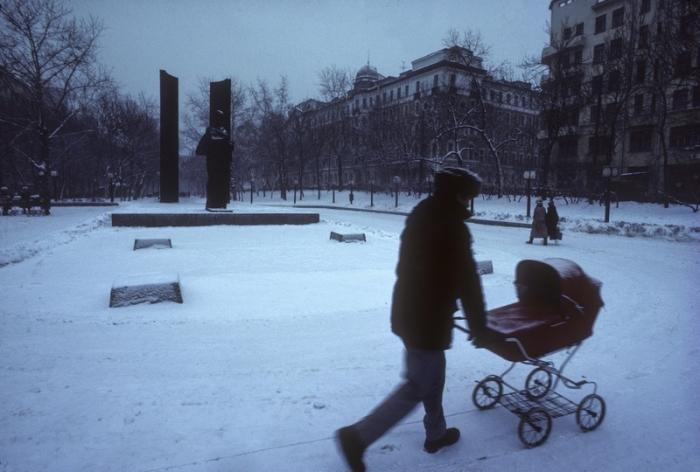 Прогулка с ребенком по заснеженным московским улицам.