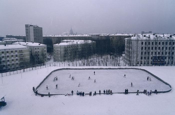 Юные хоккеисты во время игры.
