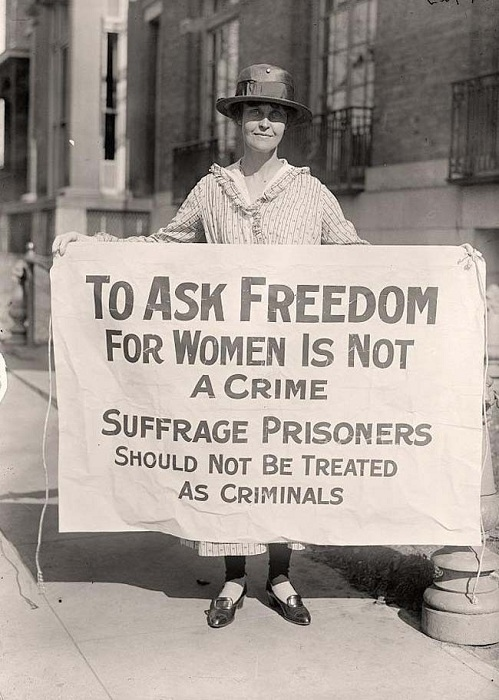 Суфражистка протестует после «Ночи террора».