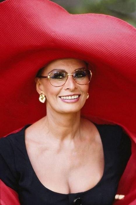 80-летняя итальянская актриса и певица, обладательница почётных премий всех основных кинофестивалей.