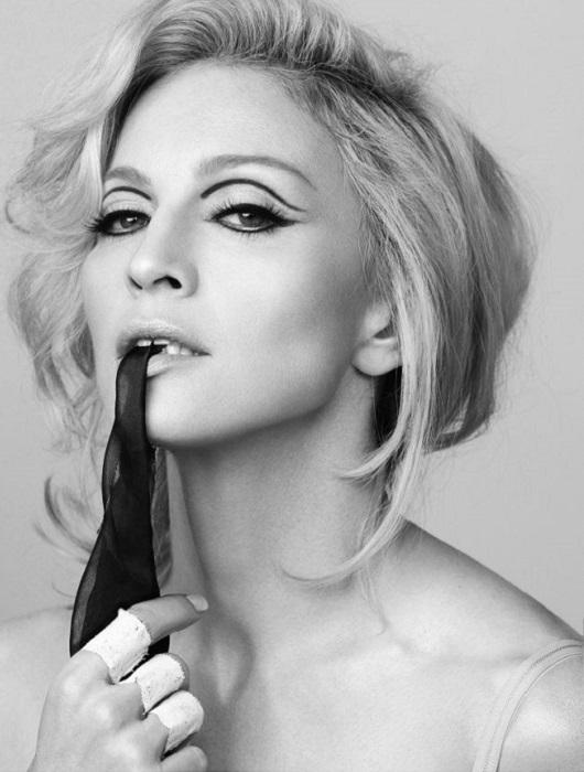 56-летняя шикарная американская певица, автор песен, продюсер, танцовщица, писательница, актриса, кинорежиссёр, сценарист, предприниматель и филантроп.