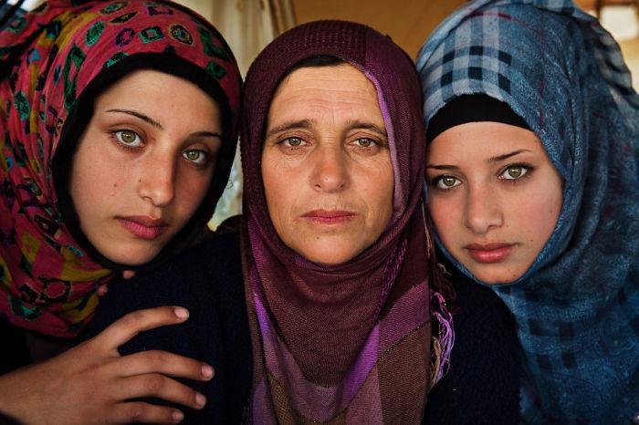 Этой матери и ее дочерям пришлось покинуть Сирию из-за войны.