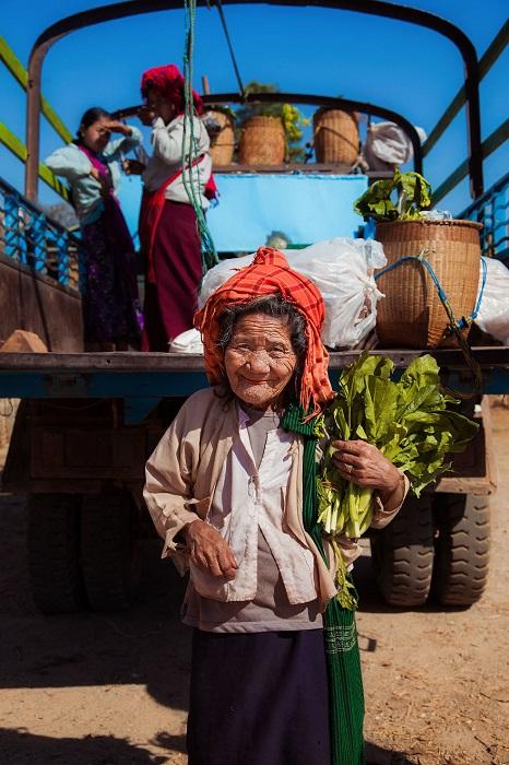 Прекрасная пожилая дама была встречена на местном рынке.