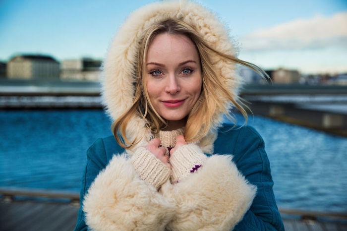 Очаровательная исландская девушка - блондинка с голубыми глазами.