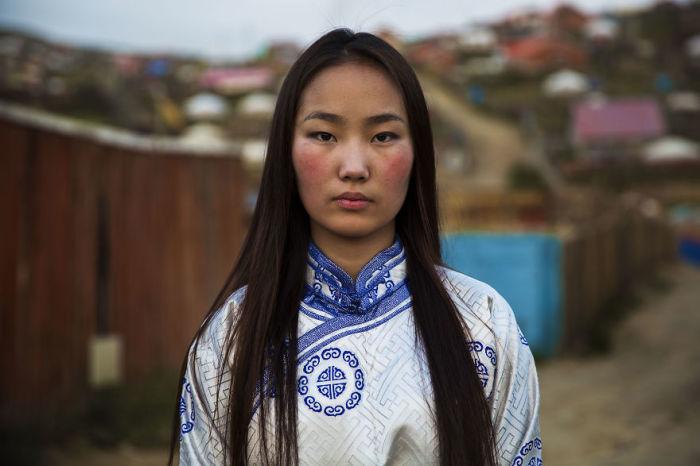 Монгольская девушка одета в дээл – традиционный национальный наряд.