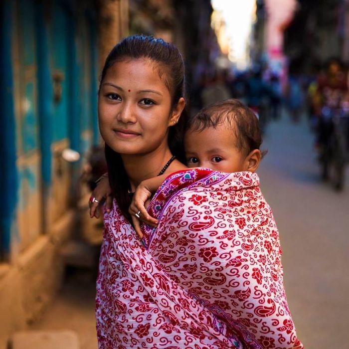 Молодая мама с дочкой, которая тоже любит украшения.