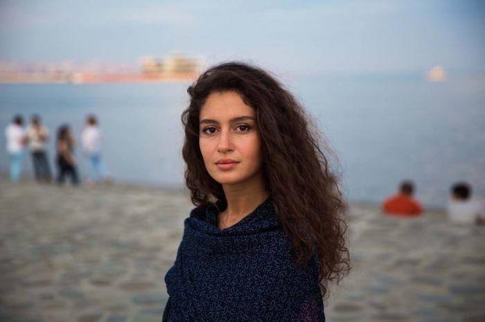 Обаятельная Фидан – красивая азербайджанская девушка, которая поддерживает идеи гендерного равенства.