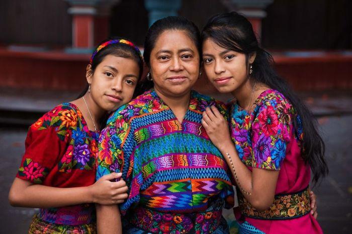 Яркие наряды дочек были собственноручно пошиты любящей мамой.