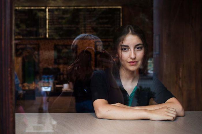 Девушка Натия изучает законы и мечтает в будущем работать в ФБР, а пока получает стипендию и подрабатывает в кафе.