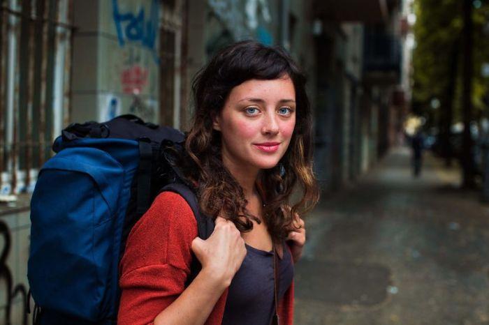 Молодая женщина любит путешествовать по миру и мечтает найти место, где она хотела бы жить.