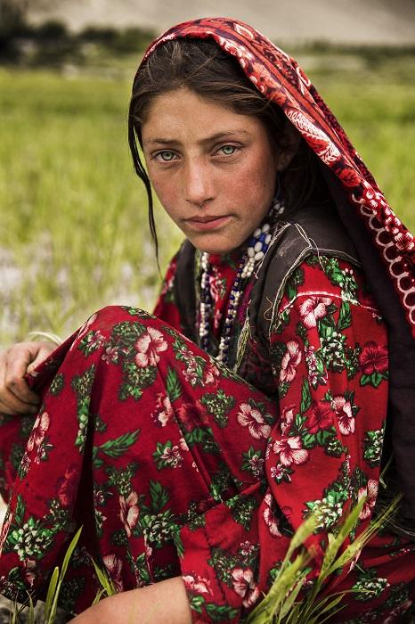 Девушка с красивыми, но грустными глазами работала на поле в одном из самых отдаленных и суровых высокогорных уголков мира.