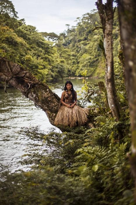 Самобытная девушка в традиционном свадебном наряде.