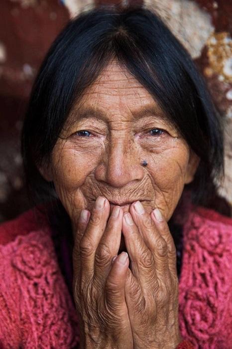 Пожилая Мария продавала овощи на рынке маленькой деревни.