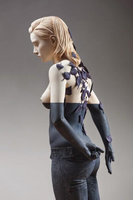 Скульптура двушки в полный рост, вырезанная итальянским скульптором Вилли Вергинером из липы.