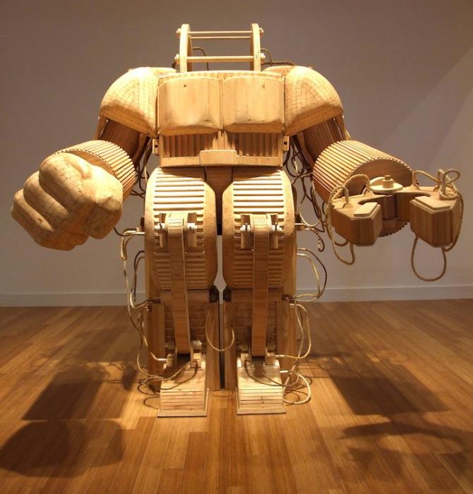 Величественный деревянный робот от скульптора Майкла Ри.