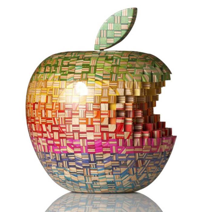 Прессуя и обрабатывая дерево, Хароши получает особую фактуру в виде пикселов, мозаики...