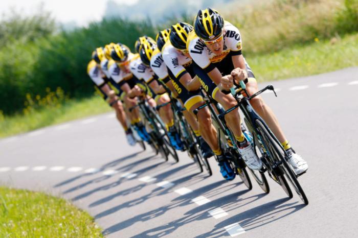 Нидерландская команда LottoNL-Jumbo тренируется перед велогонкой «Тур де Франс» в Утрехте.
